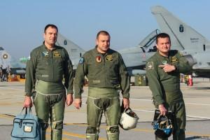 Български пилоти след успешна задача