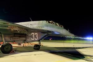 Учебно-боен МиГ-29УБ е готов за изпълнение на нощна задача