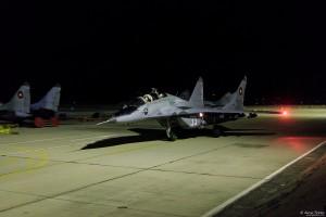 Учебно-боен МиГ-29Уб рулира след успешно изпълнена задача през нощта
