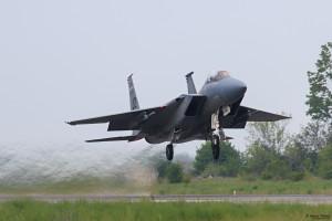 Двуместен F-15D излита на форсаж