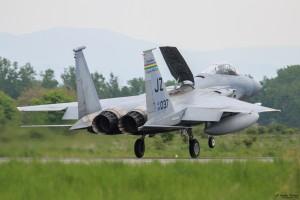 F-15C каца с използване на въздушната спирачка