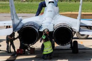 Зареждане на нов парашут на МиГ-29