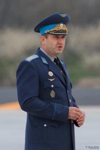 генерал-майор Румен Радев поздравява служителите на авиобаза Безмер