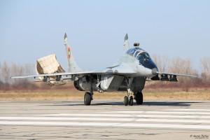 МиГ-29УБ рулира след кацане