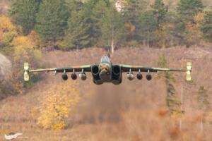 Су-25 подхожда ниско над терена